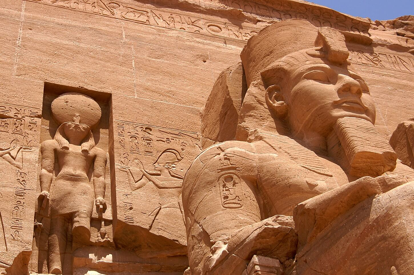 Colosse du grand temple à Abou Simbel